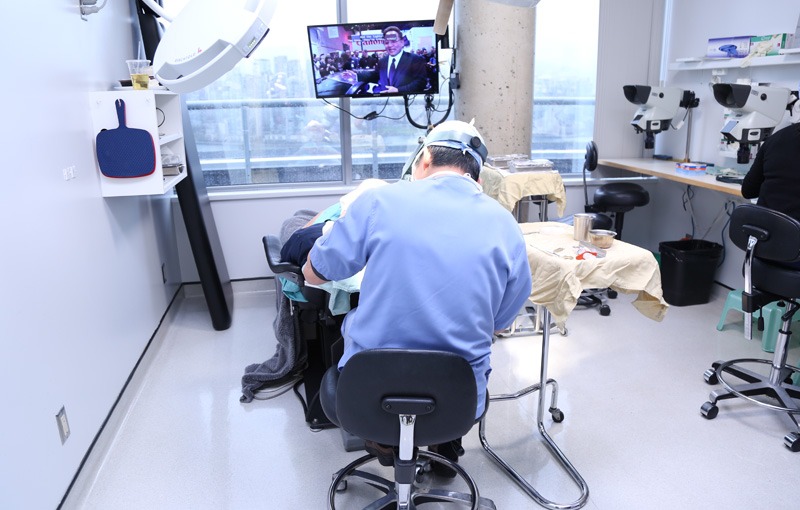 Dr Jerry wong performing hair transplant surgery
